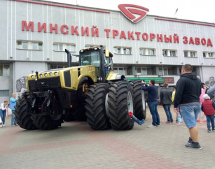 MTZ Belarus 5022 s motorem Ctarpillar C18, 500 k.