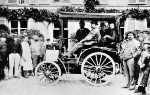 22. 7. 1894 vyrazili účastníci jízdy z Paříže do Rouen k jízdě spolehlivosti, mnozí ji dodnes považují za první závod automobilů.