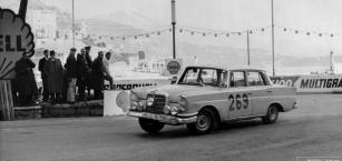 Hvězda šedesátých let minulého století světa mezinárodních soutěží Ewy Rosqvist za volantem vozu mercedes-Benz 220 SE.