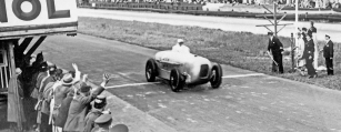 MAnfred von Brauchitsch v rcoe 1932 slavně zvítězil na rychlostním okruhu AVUS se soukromým vozem Mercedes-Benz SSKL s aerodynamickou karosérií.