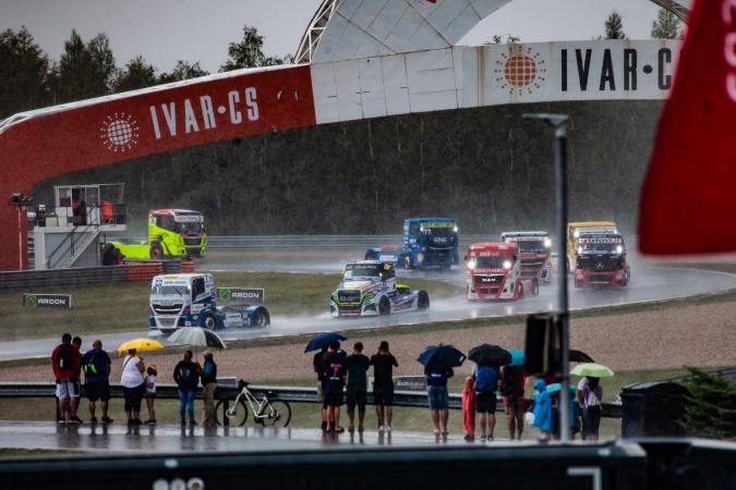Nestává se to často, ale tentokrát déšť zcela zhatil nedělní závody v severočeském Mostě.