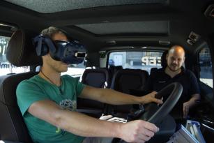 V mobilní zkušební laboratoři: Řidiči nákladních vozidel mají během testu nasazeny speciální elektronické brýle 3D a navíc fyzicky v rukou drží příslušný multifunkční volant nákladního vozidla.