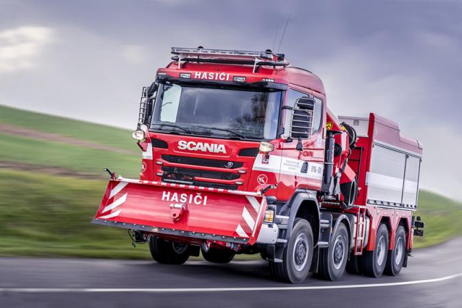 Čtyřnápravový podvozek Scania G490 CB 8×8 EHZ CG 19 N má přiřaditelný pohon předních náprav a zároveň umožňuje tažení až 45 t podvalníku.