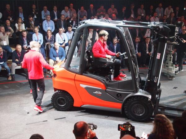 Slavnostní představení čelního vysokozdvižného vozíku nové generace v Berlíně