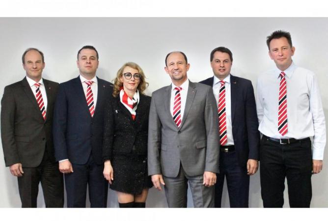 Michael Weigand Schwarzmüller CSO, Zoltán Rényi a Helena Rényiová ze společnosti Reylon SM, Roland Hartwig Schwarzmüller CEO, Rudolf Schmid (vedoucí prodeje nových vozidel) a CFO Georg Preschern ze společnosti Schwarzmüller.