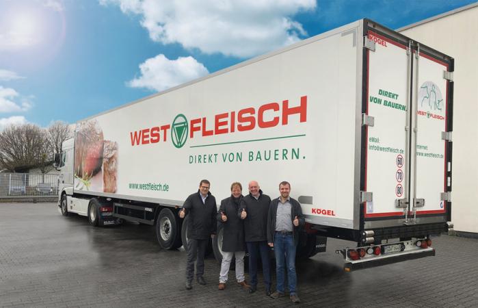 Foto zleva doprava: Jens Schroth, vedoucí prodeje pro region DACH u společnosti Kögel, Jürgen Wemhoff, ředitel společnosti WETRALOG, Josef Warmeling, ředitel společnosti Kögel, a Tobias Künne, vedoucí vozového parku u společnosti WETRALOG, před návěsem Kögel Cool – PurFerro quality v designu společnosti Westfleisch
