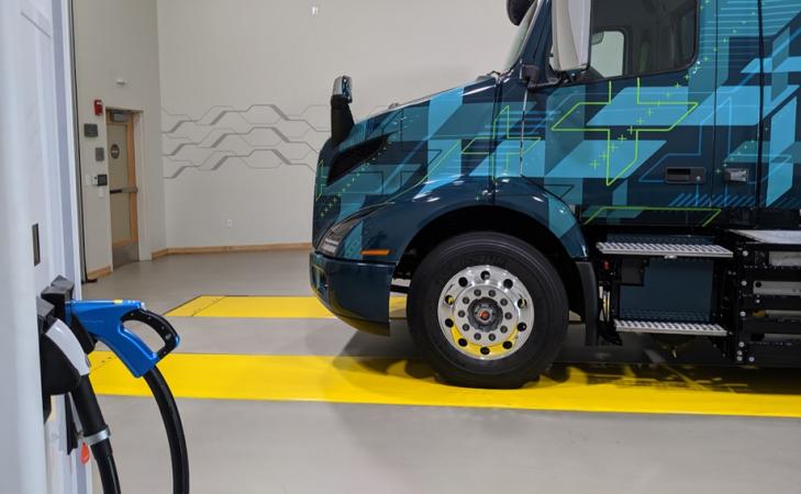 Společnost Greenlots se postarala v Kaliforniii o instalaci nabíjecích stanic pro elektrická nákladní vozidla Volvo VNR Electric.