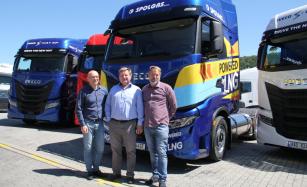 Jednatel společnosti SPOLGAS s.r.o. Igor Brik převzal v Iveco Truck Centru v Loděnicích úplně první tahač IVECO S-WAY NP v České republice.