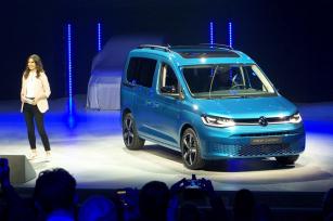 VW Caddy V při slavnostní prezentaci na pódiu v Düsseldorfu