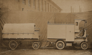 Přívěs krytý plachtou měl svého brzdaře, obsluhujícího pomocí vodorovného otočného kola mechanické brzdy působící na zadní kola.