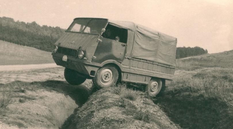 """Vůz Škoda typ 998 """"Agromobil"""" s pohonem 4x4, redukcí, uzávěrkami obou nápravových diferenciálů a nájezdovými úhly 45 ° prokázal vysokou průchodnost terénem."""