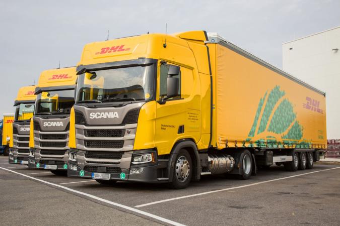Trojice souprav na LNG přepravuje díly pro výrobu automobilů do Německa.