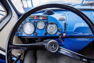Modře lakovaná palubní deska upoutá pozornost u nákladního vozu Mercedes-Benz L 2624 / 6x4. Ten byl v roce 1969 přestavěn na přepravník dlouhých železných profilů.