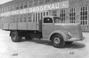 Mercedes-Benz L 6600 ve své původní podobě z roku 1950 před výrobním závodem v Gaggenau.