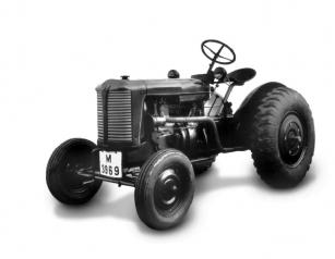 Zetor 25 z roku 1946, který lze identifikovat i díky hlavním světlometům před řidičem.