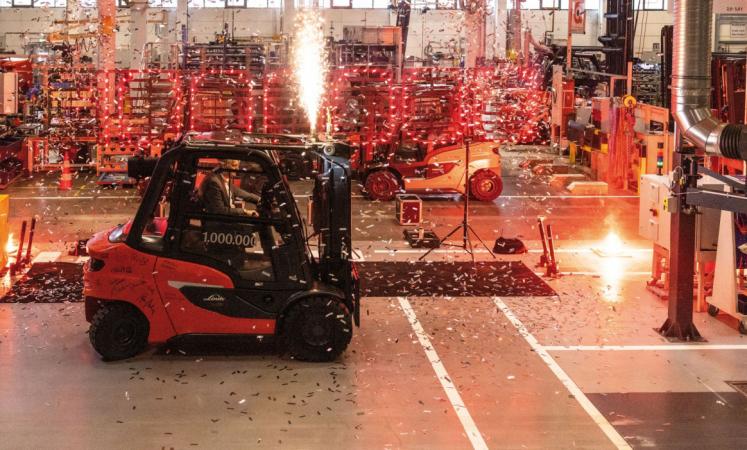 Oslnivý ohňostroj v hale závodu Linde Material Handling v Aschaffenburgu, který se konal u příležitosti opuštění montážní linky miliontým vozíkem s protizávažím.