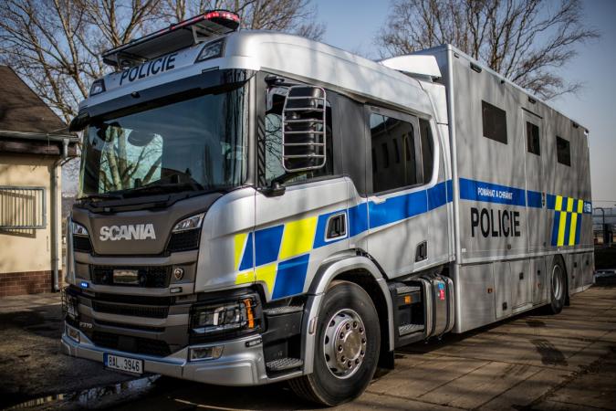 Scania dodala Policii ČR vozidlo pro přepravu koní