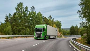 """Tento tahač Scania R 410 je """"ekologický"""" ve všech ohledech: jedná se o nejnovější z pěti nákladních vozidel Scania, která získala prestižní titul Green Truck, což je srovnávací test každoročně pořádaný německým odborným tiskem. Pro dálková nákladní vozidla je prakticky považován za světový šampionát v oblasti nízké spotřeby paliva a efektivity dopravy."""