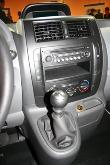 Střed přístrojového panelu nese ovládání klimatizace a rádia s CD přehrávačem