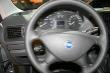Sympatický čtyřramenný volant však nemá žádné ovládací prvky a ani otáčkoměr nemá vyznačený rozsah otáček maximálního točivého momentu