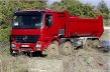 Mercedes Actros 4146 so sklápacou veľkoobjemovou korbou pri brodení hlbokým blatom