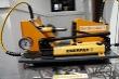 Demonštračný hydraulický prístroj            prierazu dezénovej vrstvy nových plášťov            tŕňom pri tlaku 250 barov