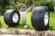 Technici Continentalu tvrdia, že budúcnosť bude patriť pneumatikám Single. Vľavo  plášť  HTL1 Eco Plus 445/45R 19,5 surčením pre návesy, vpravo Conti HDL1 pre trucky srozmerom 495/45R 22,5